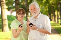 Aînés et téléphones intelligents Image stock