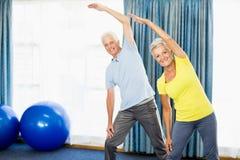 Aînés faisant des exercices de sport Photos stock