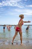 Aînés faisant la forme physique sur la plage de Cattoica, Emilia Romagna, Italie Photos stock