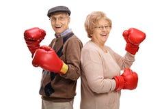 Aînés gais avec des gants de boxe Photo stock