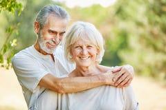 Aînés heureux dans étreindre d'amour Images libres de droits