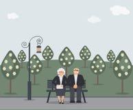 Aînés heureux de famille : l'homme et la femme pluss âgé de sourire mignons avec le sac d'embrayage s'asseyent sur le banc en par illustration libre de droits