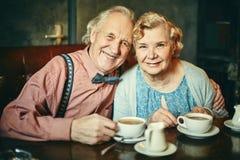 Aînés heureux en café Image stock