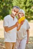 Aînés jouant avec un frisbee Photographie stock libre de droits