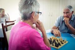 Aînés jouant des échecs Images stock