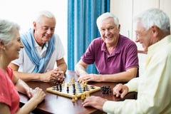 Aînés jouant des échecs Photographie stock libre de droits