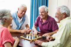 Aînés jouant des échecs Photos stock