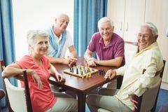 Aînés jouant des échecs Photos libres de droits