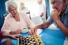 Aînés jouant des échecs Photographie stock