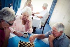 Aînés jouant des échecs Photo libre de droits