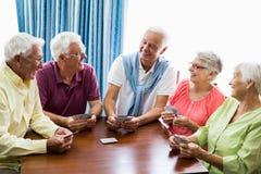 Aînés jouant des cartes ensemble Photos stock