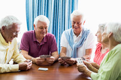 Aînés jouant des cartes ensemble Images libres de droits