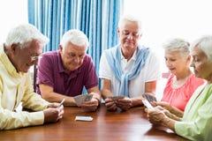 Aînés jouant des cartes ensemble Image libre de droits