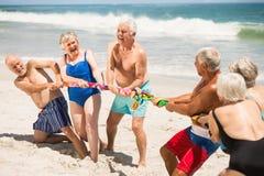 Aînés jouant le conflit à la plage Photos libres de droits