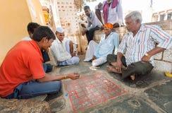 Aînés jouant le jeu de société indien Ashta Chamma, un autre nom de gameboard antique Chowka Bhara Photos libres de droits