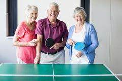 Aînés jouant le ping-pong Photographie stock libre de droits