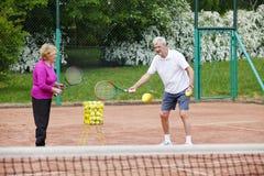 Aînés jouant le tennis Image libre de droits