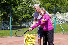 Aînés jouant le tennis Photos libres de droits
