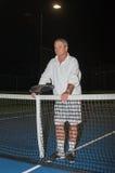 Aînés jouant le tennis toujours jeune Photos stock