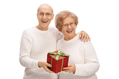 Aînés joyeux avec un présent Photo libre de droits