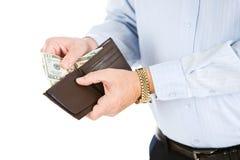 Aînés : L'homme supérieur obtient l'argent hors du portefeuille Photos stock