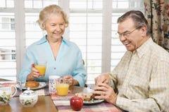 Aînés mangeant le déjeuner Photos libres de droits