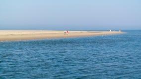 Aînés marchant sur la plage de l'île de Texel, Pays-Bas Images stock