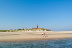 Aînés marchant sur la plage de l'île de Texel, Pays-Bas Photo stock
