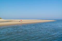Aînés marchant sur la plage de l'île de Texel, Pays-Bas Photographie stock