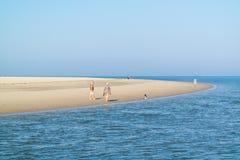 Aînés marchant sur la plage de l'île de Texel, Pays-Bas Images libres de droits