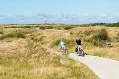 Aînés montant des bicyclettes en dunes de Texel, Pays-Bas Images stock