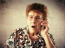 Aînés parlant le téléphone portable Photo stock