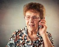 Aînés parlant le téléphone portable Images libres de droits