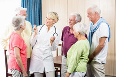 Aînés regardant l'infirmière Photo libre de droits