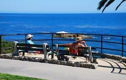 Aînés rentrant la vue d'océan au parc de Heisler, Lagu Photographie stock