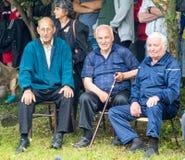 Aînés ruraux en concours de lutte nationaux aux jeux de Nestenar en Bulgarie Photos libres de droits