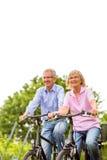 Aînés s'exerçant avec la bicyclette Photos libres de droits