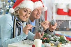 Aînés se préparant à Noël Photos libres de droits