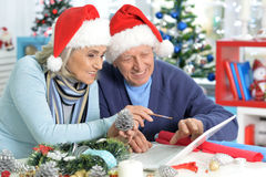 Aînés se préparant à Noël Images libres de droits