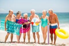 Aînés se tenant dans une rangée à la plage Photographie stock libre de droits