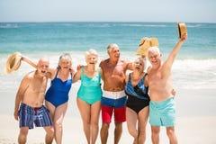 Aînés se tenant sur la plage Image stock