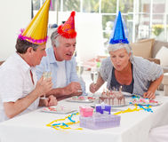 Aînés sur l'anniversaire à la maison Photos libres de droits