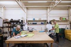 Aînés travaillant dans l'usine d'affaires Photographie stock