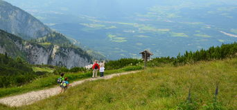 aînés trimardant en montagne le jour d'été Image stock