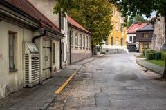 Aïe rue avec de vieux bâtiments dans la ville de Cesis, Lettonie Photographie stock