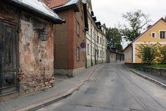 Aïe rue avec de vieux bâtiments dans la ville de Cesis, Lettonie Images libres de droits