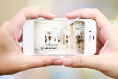Añada al carro en el teléfono elegante, negocio, comercio electrónico Foto de archivo