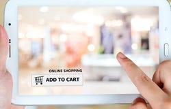 Añada al carro en la pantalla de la tableta, negocio, comercio electrónico Imágenes de archivo libres de regalías