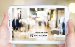 Añada al carro en la pantalla de la tableta, negocio, comercio electrónico Imagen de archivo libre de regalías