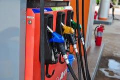 Añada el aceite combustible al coche en el surtidor de gasolina con un dispensador selec Fotografía de archivo